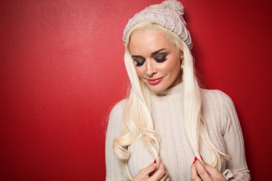Daniela Katzenbergers blonde Mähne ist nach dem Friseurbesuch wieder ansatzlos.