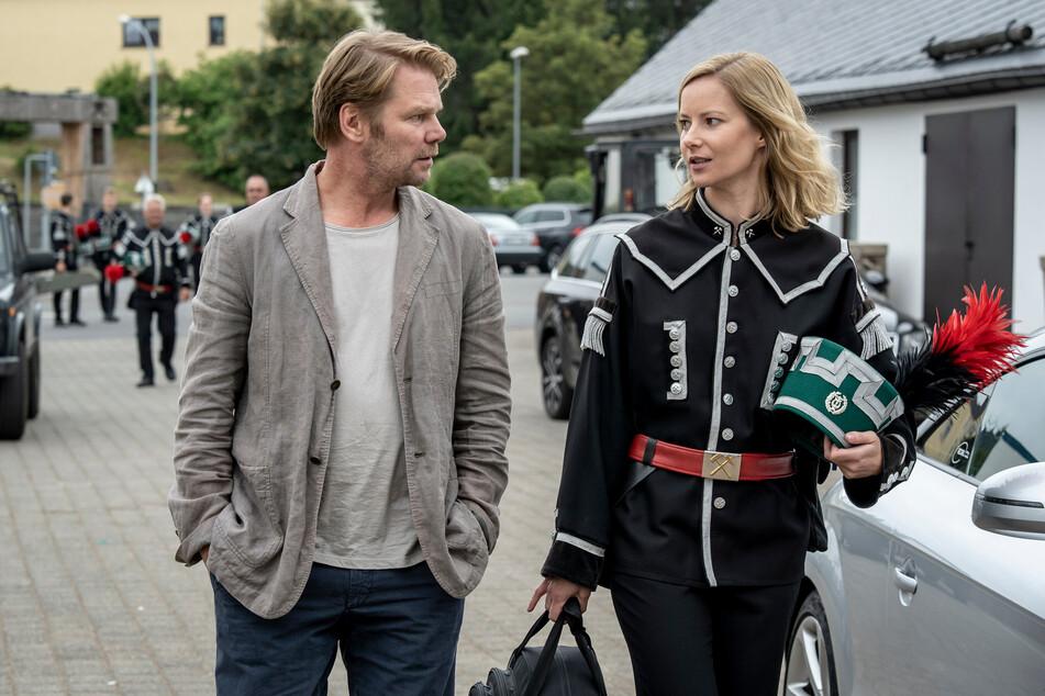 Försterin Saskia Bergelt (Teresa Weißbach) unterstützt auch im zweiten Teil die Polizei (Kai Scheve als Hauptkommissar Robert Winkler)