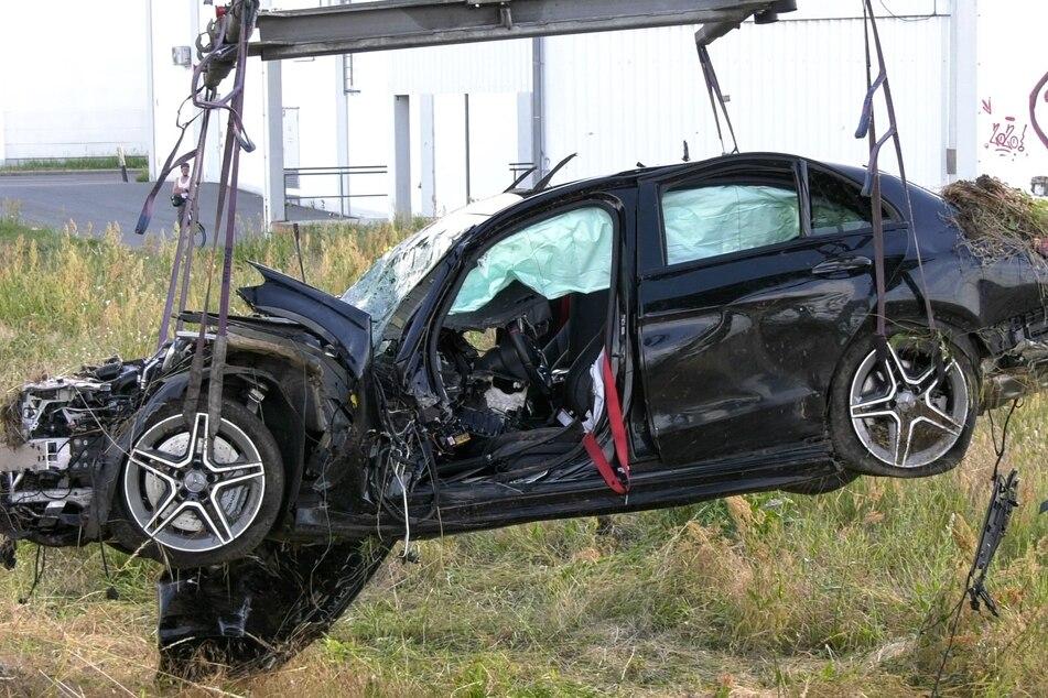 Der PS-starke Mercedes AMG war nach dem Unfall auf der Bundesstraße 426 in Pfungstadt nur noch Schrott wert.