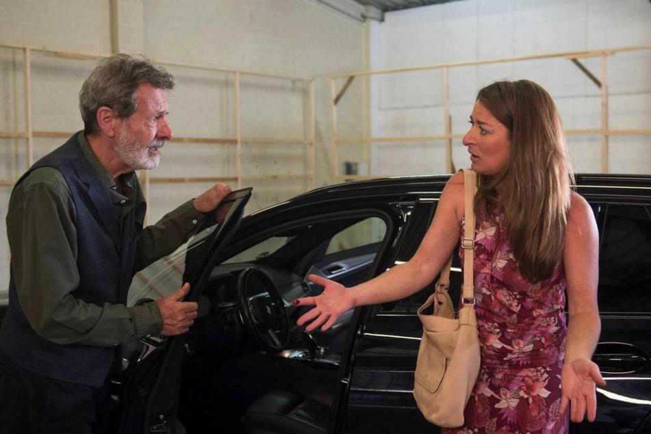 Zu Carlas und Gunters großem Entsetzen, ist Blut am Boden vor Gregors Auto