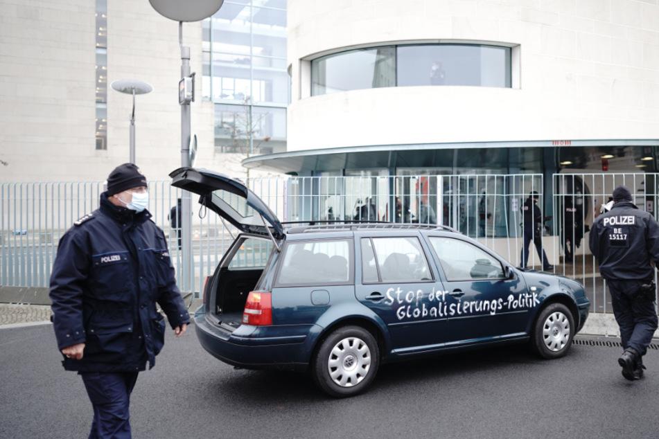 Auto fährt in Tor des Bundeskanzleramts!
