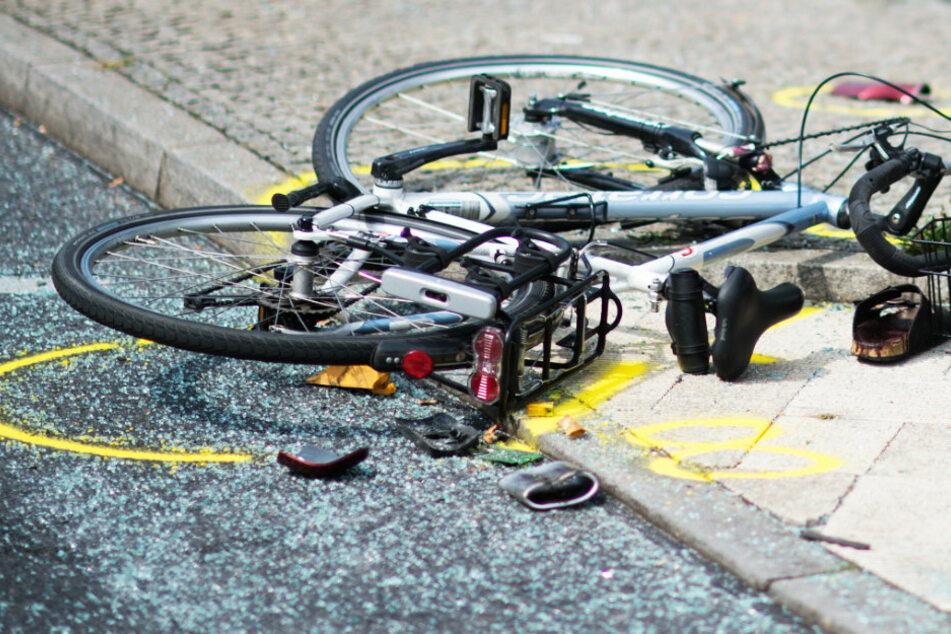 Schwerer Abbiege-Unfall: 87-Jähriger am Steuer überrollt Radler