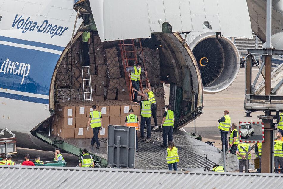 Ein Frachtflugzeug vom Typ Antonov AN-124 wird auf dem Flughafen Düsseldorf entladen.