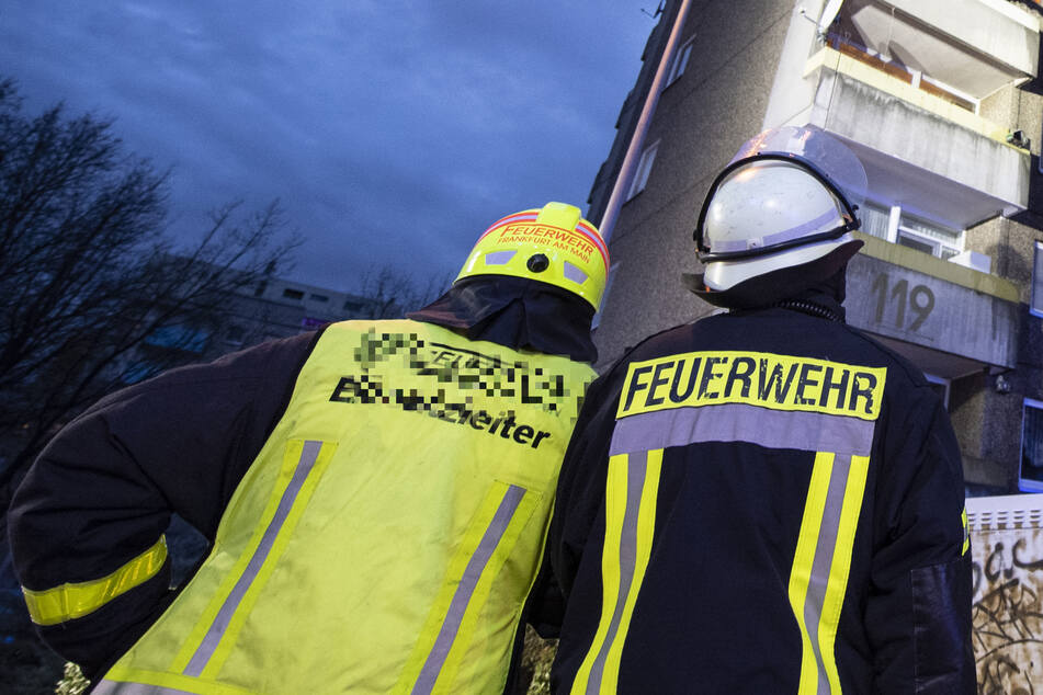 Mehrfamilienhaus gerät in Brand: Rettungskräfte machen tragischen Fund