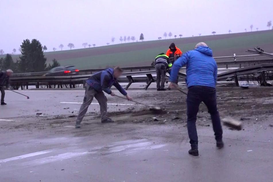 Einige Ersthelfer zögerten offenbar nicht lange und reinigten selbst die Autobahn.
