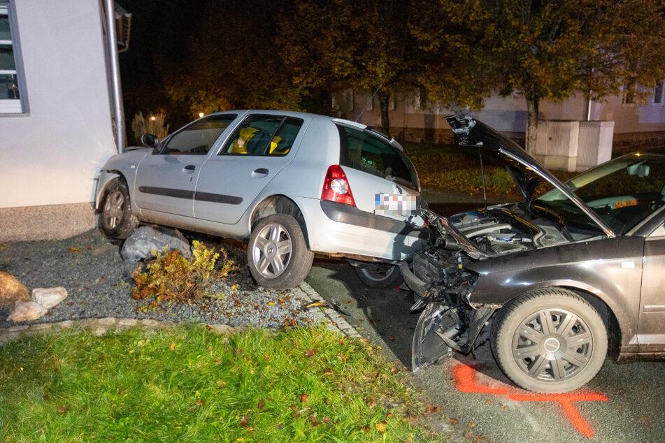 Zwei Autos kollidierten miteinander. Der Renault knallte gegen eine Hauswand.