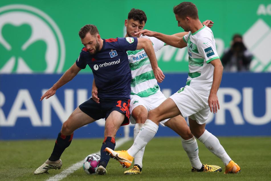 Zweikampfgeprägte Partie: Die Fürther Paul Seguin (r.) und Maximilian Bauer (m.) kämpfen mit dem Hamburger Manuel Wintzheimer um den Ball.
