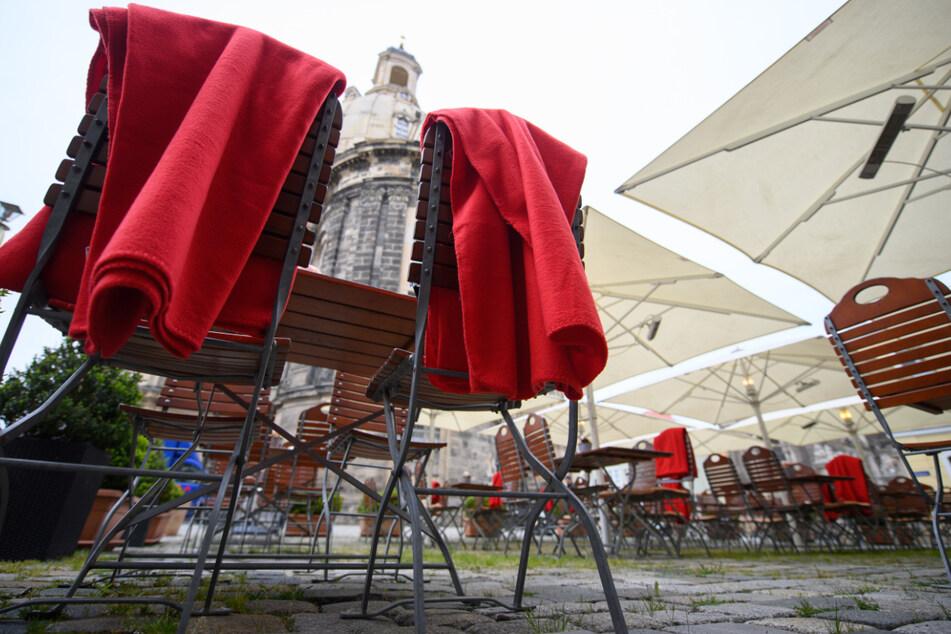 Ein Lokal an der Frauenkirche hält Decken für die Gäste bereit.