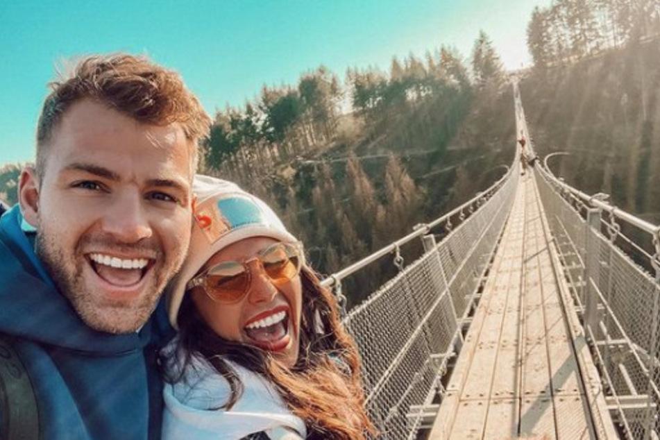 Julian und Sarah präsentieren sich auf ihren Social-Media-Kanälen stets glücklich. Wie er es findet, dass Sarahs Ex-Mann auf seiner Hochzeit singen soll? Ungewiss!