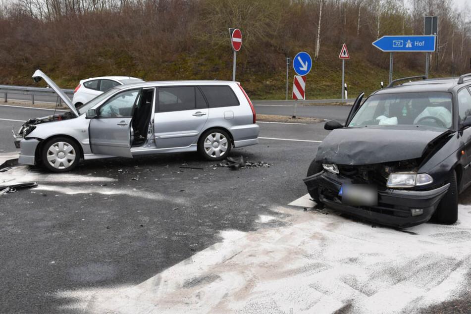 Kreuzungscrash an A72-Auffahrt: Zwei Personen verletzt
