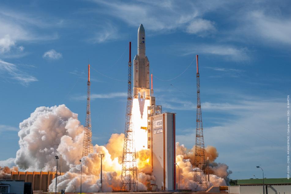 Eine europäische Trägerrakete Ariane 5 ist erstmals seit dem Corona-Lockdown auf dem Weltraumbahnhof Kourou wieder ins All gestartet.