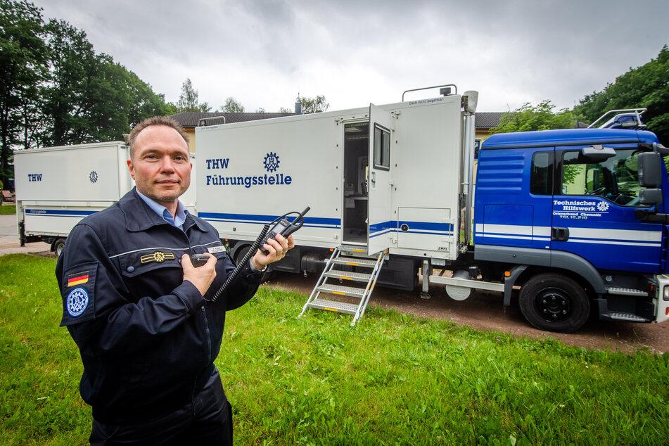 Sven Hoppe (46) vom Technischen Hilfswerk zeigt den Führungskraftwagen, der als mobile Einsatzstelle dienen könnte.