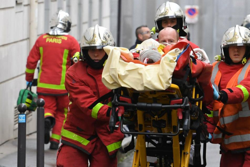 """Verletzte bei Messerattacke nahe ehemaliger """"Charlie Hebdo""""-Redaktion: Täter auf der Flucht"""
