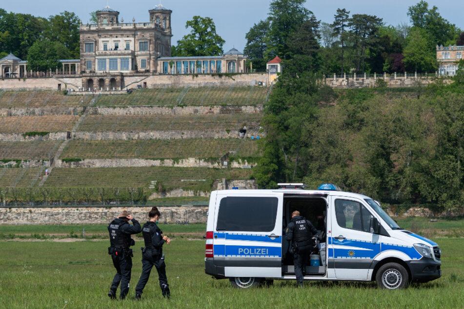 Ein Polizeiauto an den Elbwiesen.