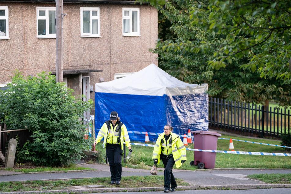 Polizisten sind am Tatort in Chandos Crescent in Killamarsh, im Einsatz.