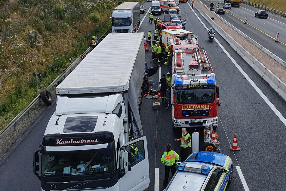 Zahlreiche Rettungskräfte sind an der Unfallstelle auf der A3 im Einsatz. Vier Menschen verloren hier am Dienstag ihr Leben.