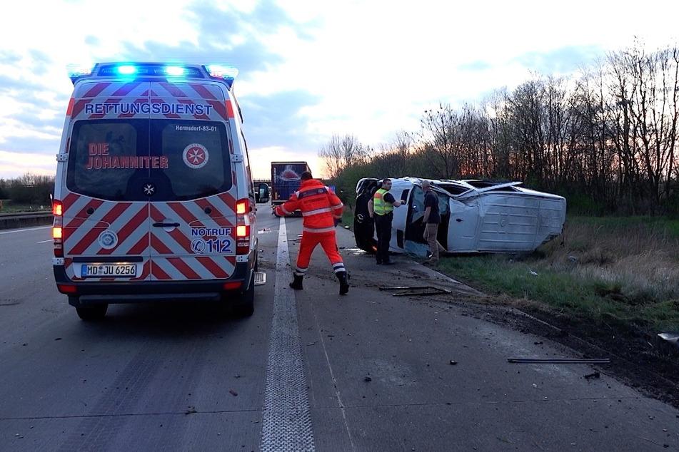 Der Unfallverursacher kam nach rechts von der Fahrbahn ab und überschlug sich mit seinem Kleinbus.