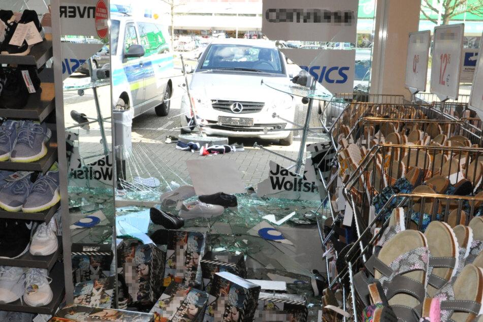 Autofahrerin kracht mit Mercedes in Schaufenster