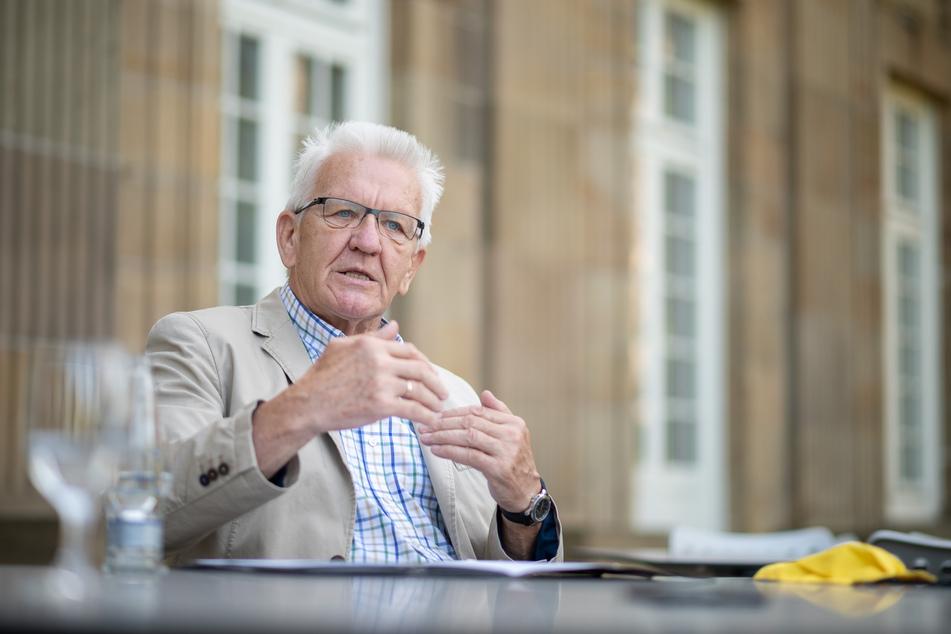 Baden-Württembergs Ministerpräsident Winfried Kretschmann (Grüne) rät wegen der Corona-Pandemie vom Urlaub im Ausland ab.