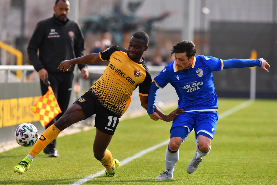 Fußball gespielt wurde natürlich auch. Dynamos Agyemang Diawusie (links) im Duell mit dem Jenaer Lucas Stauffer. Im Hintergrund Aushilfs-Linienrichter David Yelldell.