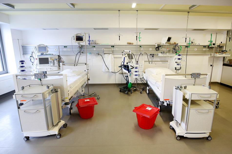 Neben Intensivbetten stehen Beatmungsgeräte. Diese sind zu 70 Prozent bei den intensiv betreuten Covid-19-Patienten notwendig.