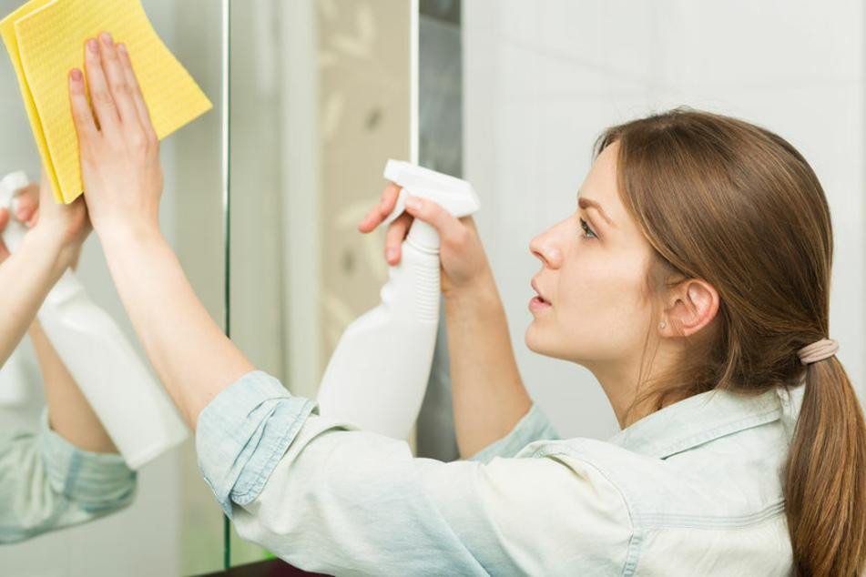 Um den Spiegel wirklich streifenfrei zu reinigen, benötigt man kein aggressives Reinigungsmittel.