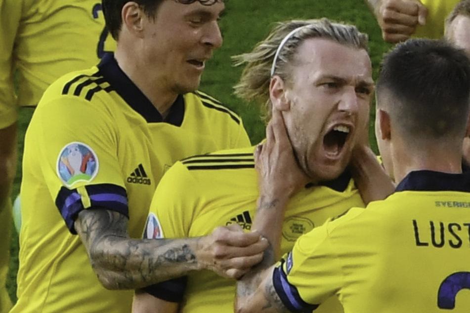 Verdienter Ausgleichstreffer! Schweden feiert den Torschützen: RB-Leipzig-Star Emil Forsberg (2.v.l.).