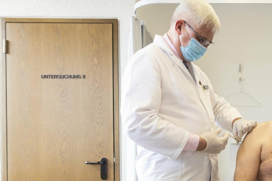 Ein Hausarzt aus der Schweiz impft in seiner Praxis einen Patienten. Auch in Mecklenburg-Vorpommern das nun möglich sein.