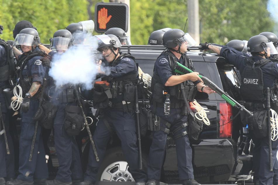 Polizisten feuern Tränengas auf Demonstranten ab während eines Protestes in Los Angeles. (Archivbild)