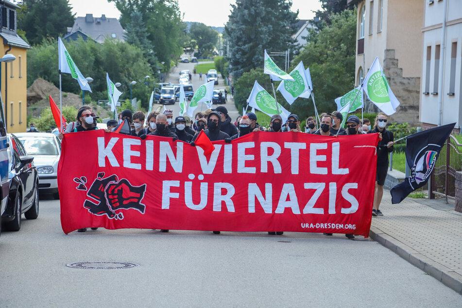 """Dutzende Antifa-Anhänger marschierten am Samstag durch Zwönitz. Sie demonstrierten gegen die zahlreichen Corona-Demos in der Stadt, die von den rechten """"Freien Sachsen"""" ausgingen."""