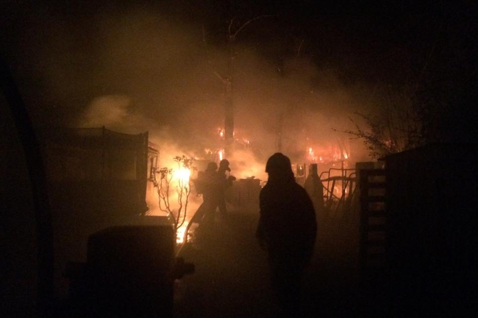 Flammen breiten sich in Schrebergarten aus, Feuerwehr stundenlang im Einsatz