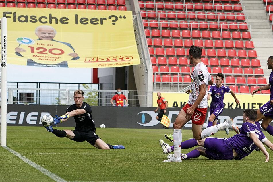 FCE-Keeper Robert Jendrusch (l.) verhindert mit dieser Parade ein weiteres Gegentor.