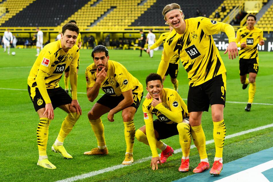 Posieren können sie! Giovanni Reyna (18, l.), Emre Can (27, 2.v.l.), Jadon Sancho (20, 2.v.r.) und Erling Haaland (20) durften sich über einen ungefährdeten Sieg gegen Bielefeld freuen.