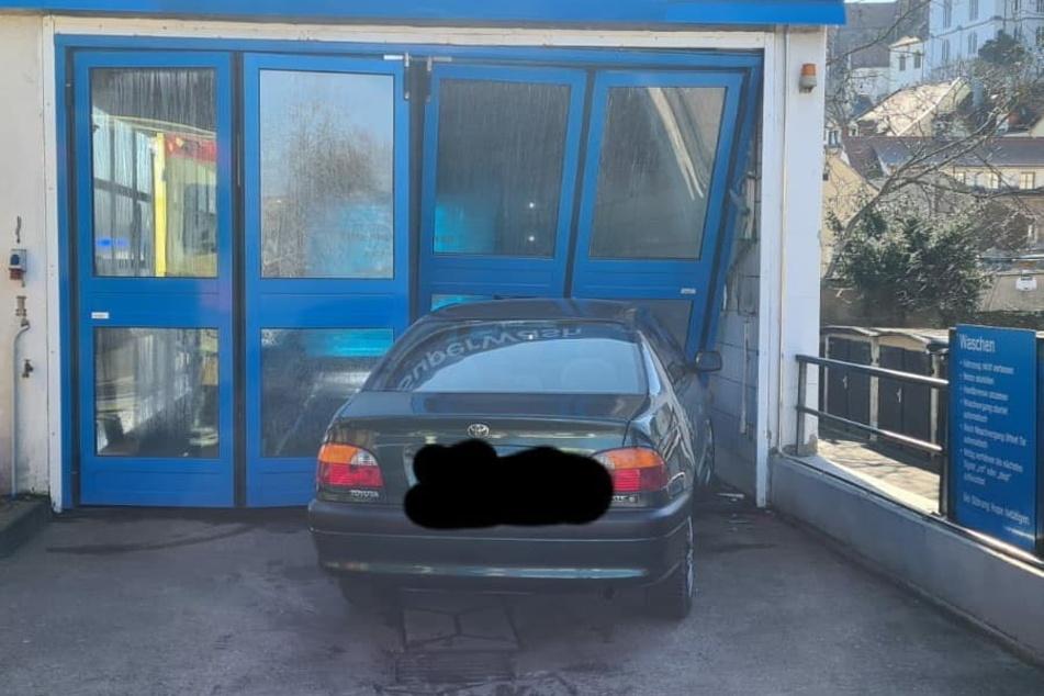 Senior (82) fährt in Tor von Waschanlage: Auto klemmt fest