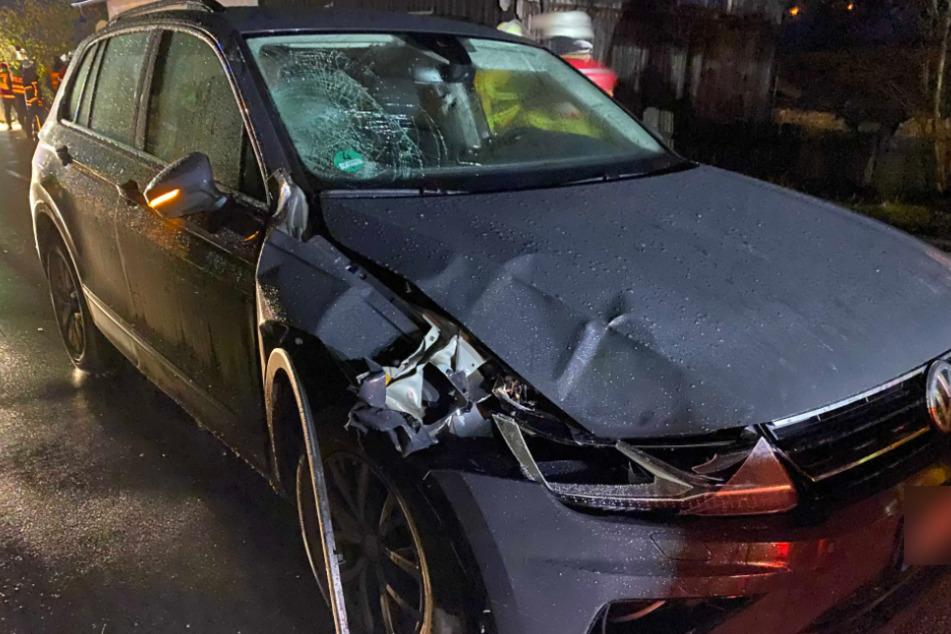 Der beschädigte SUV steht an der Unfallstelle.