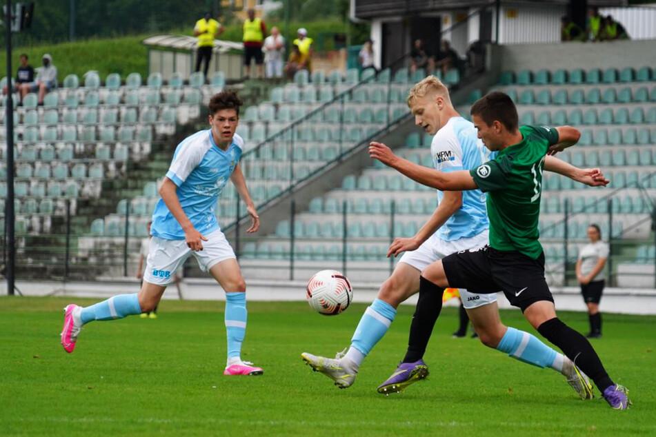 Die CFC-Spieler Niclas Walther (l.) und Max Roscher (M.) gewannen auch das Testspiel beim FK Banik Most.