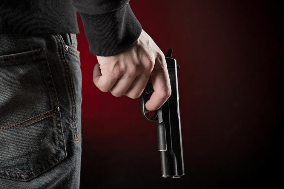 Ein 20-Jähriger ist am Montag in Ilfeld mit einer Pistole in der Hand hinter zwei Kinder hergerannt. (Symbolbild)