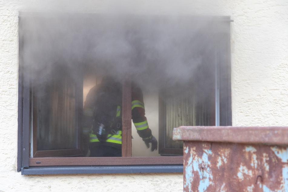 Rauch dringt aus dem Fenster des in Brand geratenen Wohnhauses.