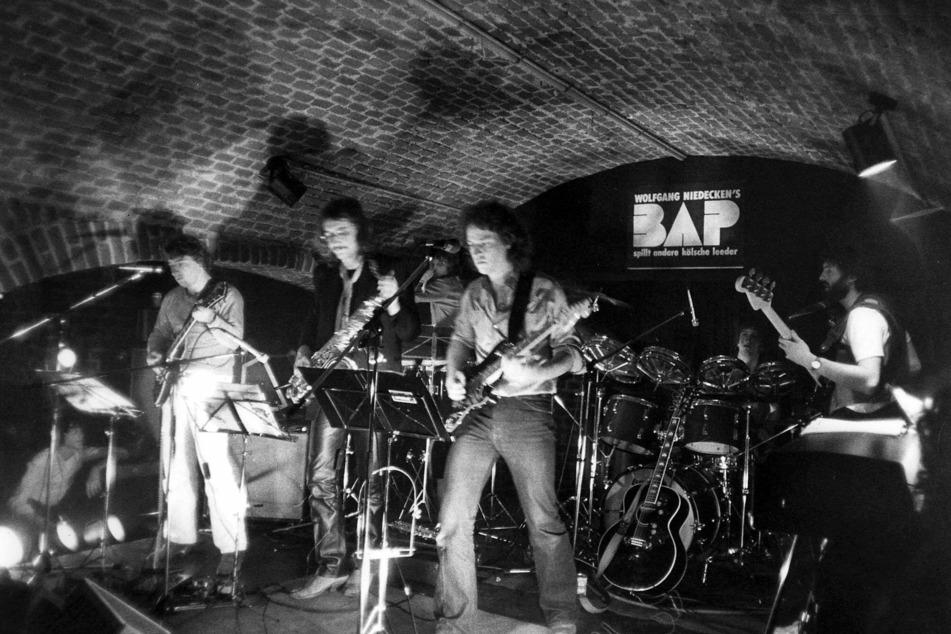 """Wolfgang Niedecken (69) mit seiner Band """"BAP"""" bei einem der ersten Auftritte im Jahr 1979. Am 30. März 2021 feiert der Rocker seinen 70. Geburtstag. (Archivbild)"""