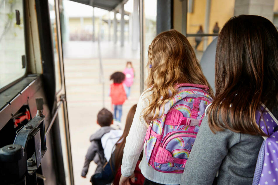 An neun Schulen im Mainz-Kinzig-Kreis kam es vermutlich nach einer Fahrt im Schulbus zu einer auffälligen Häufung an neuen Corona-Infektionen.