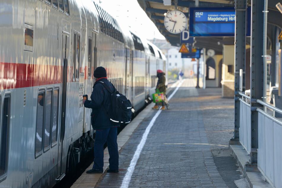 Am Magdeburger Hauptbahnhof hat sich ein Mann beim Einstieg in den Zug verletzt. (Symbolbild)