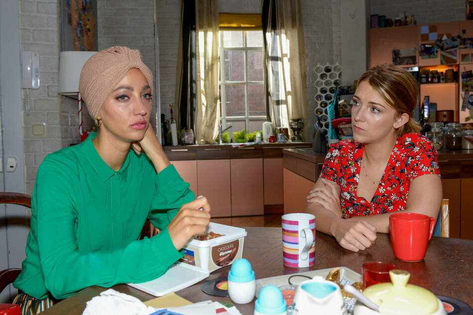 Lilly (r.) erkennt, dass Nazan von Felix verletzt wurde.