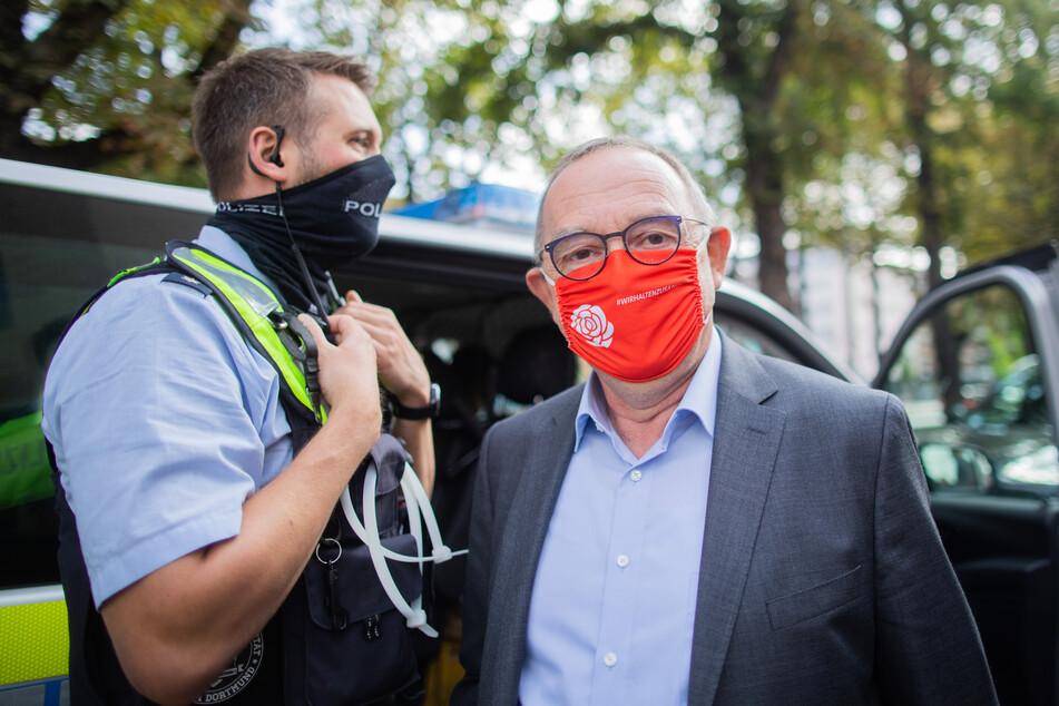 Norbert Walter-Borjans, Vorsitzender der SPD, spricht bei einem Wahlkampftermin während der Sommerreise mit Polizeibeamten.