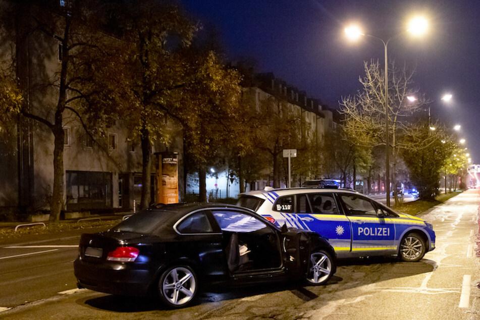 Der beschädigte BMW und ein Polizeiauto stehen nach einem Unfall 2019 auf der Fürstenrieder Straße. Zwei Jugendliche waren hier angefahren und verletzt worden.