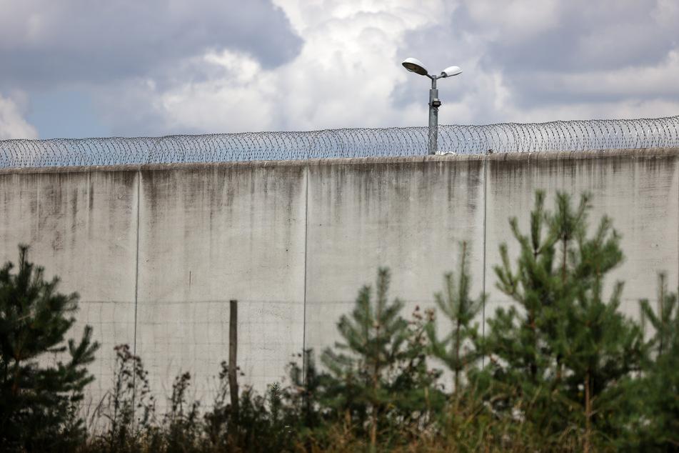 Blick auf die Mauern einer Justizvollzugsanstalt.