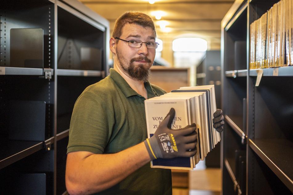 Nico Schimpf (24) räumt Bücher ein.