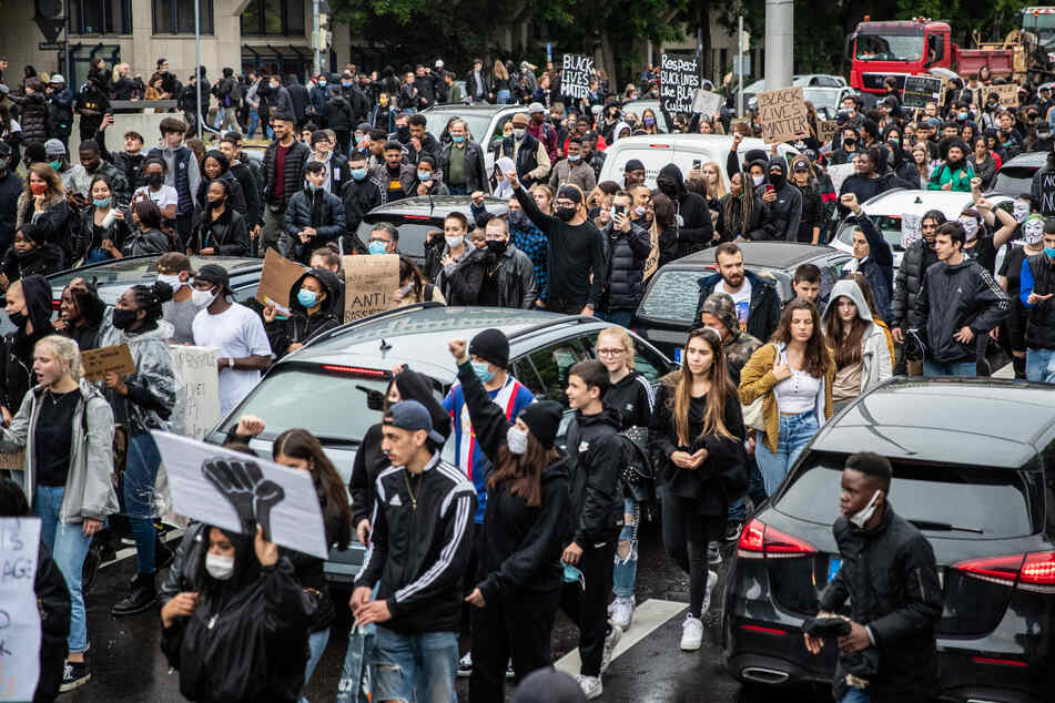 Spontan zogen am Samstag zahlreiche Menschen durch die Stuttgarter Innenstadt und blockieren damit die B14. Auch das Polizeirevier an der Theo bekam Besuch.