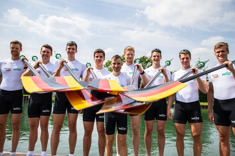 Bei der Vorstellung des neuen Deutschland-Achters stehen die Ruderer Johannes Weißfeld (1. Position - Bugmann) (l-r), Laurits Follert (2. Position), Christopher Reinhardt (5. Position), Torben Johannesen (4. Position), Martin Sauer (Steuermann), Jakob Schneider (3. Position), Malte Jakschik (6. Position), Richard Schmidt (7. Position) und Hannes Ocik (8. Position - Schlagmann) am Dortmund-Ems Kanal.