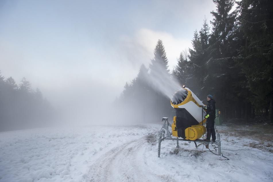 Im tschechischen Skigebiet Bukova Hora wird schon wieder Kunstschnee versprüht.