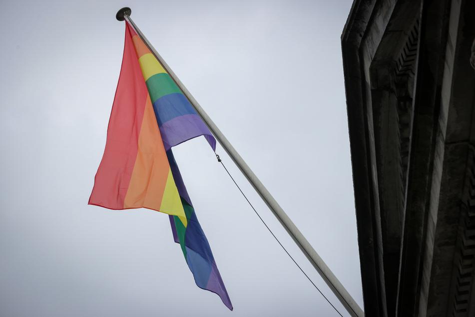 Am Mittwoch entdeckte die Gemeinde die angezündete Flagge und informierte die Polizei. (Symbolbild)